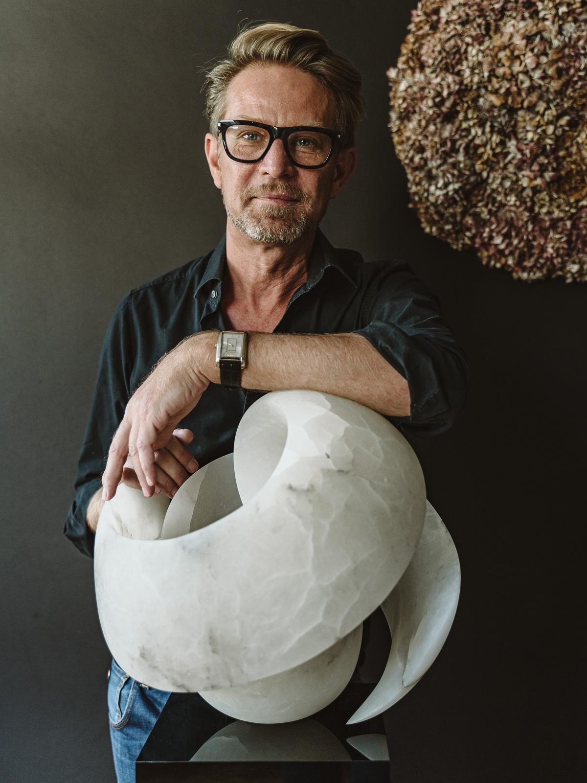 Portraitfotografie -Bildhauer und Künstler Dirk Wilhelm mit Skulptur aus Marmor