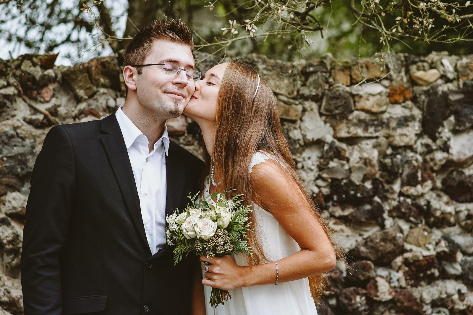 Hochzeitsfotografie - Mann genießt Kuss