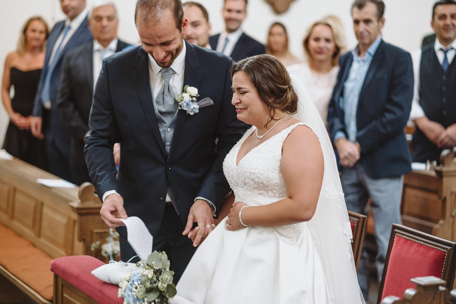 Hochzeitsfotografie - am Altar ganz emotional - Braut weint vor Glück