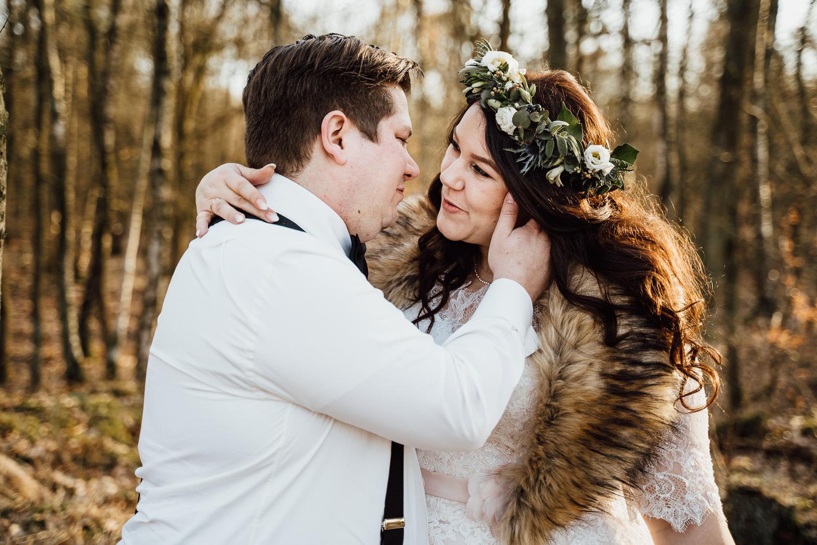 Hochzeitsfotografie - Mann und Frau im Wald genießen ihre Zweisamkeit