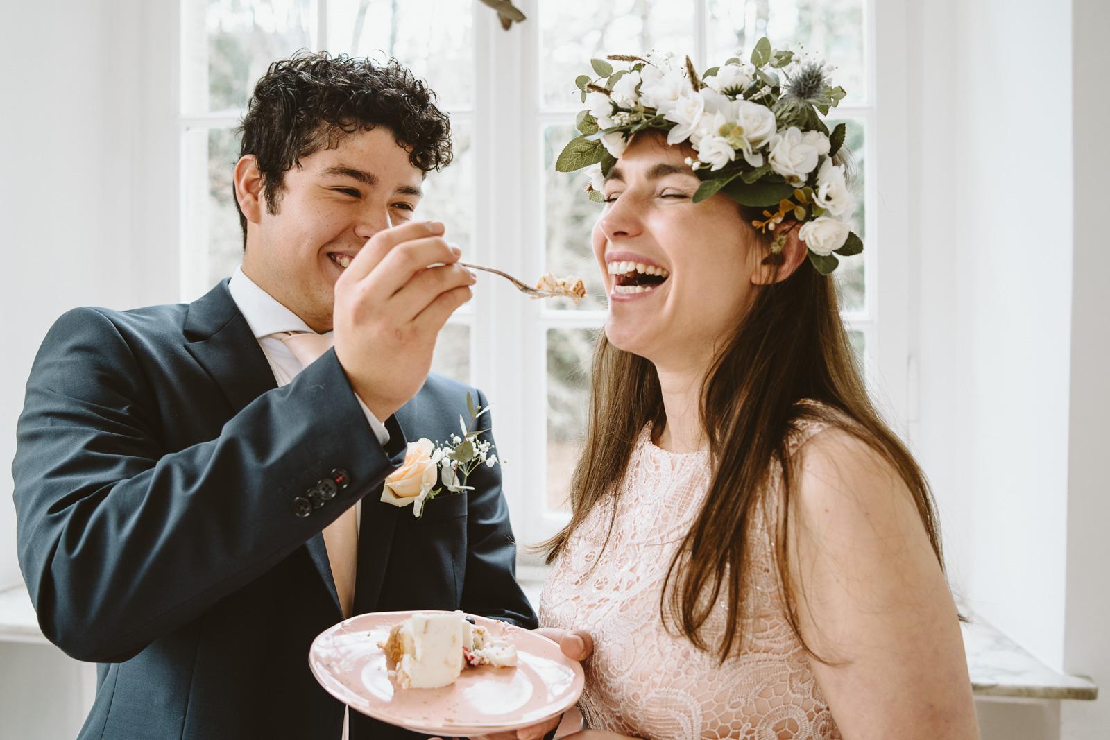 Hochzeitsfotografie - Mann füttert Frau mit Hochzeitstorte